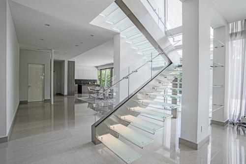 نورپردازی پله های شیشه ای
